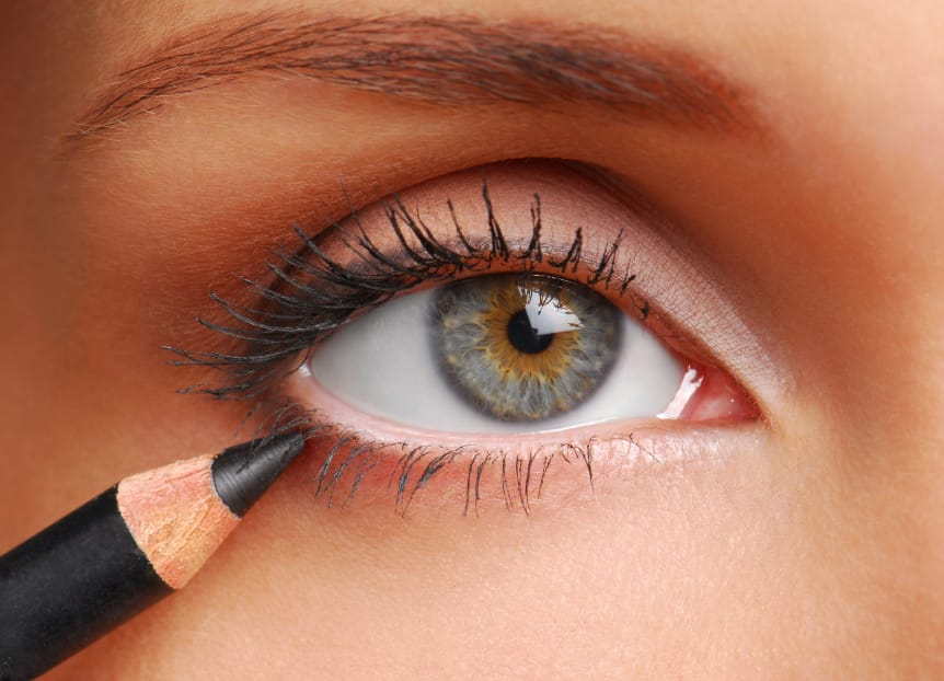 women using eye pencil